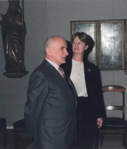 Claire Dickstein-Bernard met haar echtgenoot, Dr. Maurice Dickstein, in de Sectiezaal, bij de receptie ter gelegenheid van haar pensioen (1998)